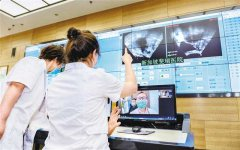 医生通过中新数据通道和新加坡斐瑞医院连线